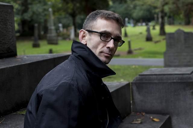 """Он и его партнер, имени которого никто не знает, согласно биографическому очерку и интервью в The Advocate в мае 2008 года, живут в """"старом церковном строении на окраине американского городка Ванкувер""""."""