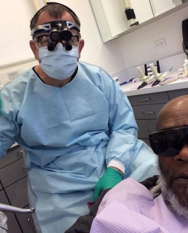 Сэмюэль Л.Джексон. Сфоткаться со своим дантистом таким вот образом, любопытная идея, правда?
