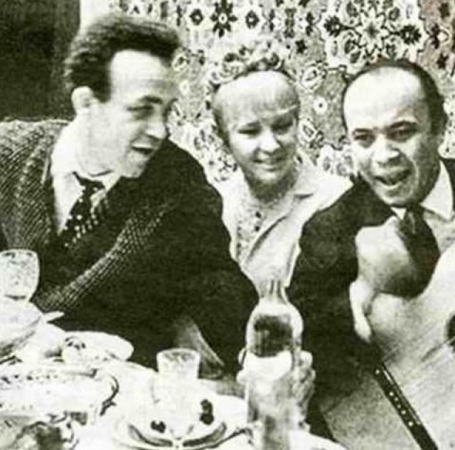 В 32 года в зените славы Людмила Марковна стала законной женой Иосифа Кобзона : на третий год совместной жизни Гурченко ушла от мужа. Две сильные и известные личности не смогли быть вместе. И после развода они больше не поддерживали отношений.