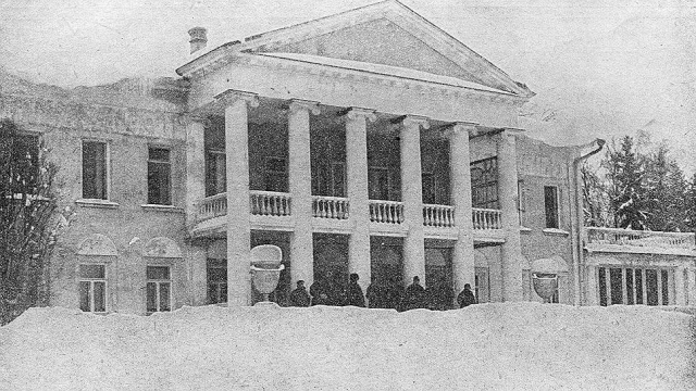 С 21 января в Горках началось паломничество крестьян, пришедших поклониться Ленину.