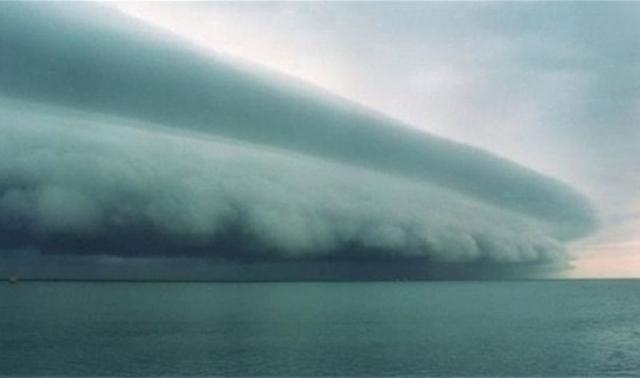 """Эта фотография с изображением якобы урагана Исаак. Метеоролог Джош Линкер позже рассказал: """"Это – отфотошопленное изображение грозового фронта, который появляется на переднем плане каждый раз, когда где-либо возникает ураганная угроза."""""""