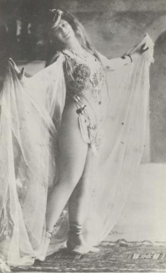 В том же 1893 году стриптиз появился и в Чикаго, где обнажилась танцовщица кабаре.