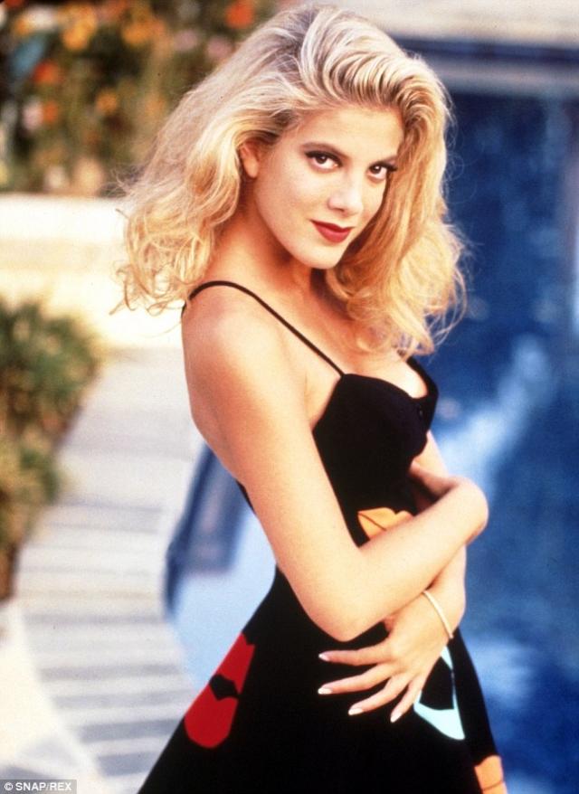 Тори Спеллинг - Донна Мартин. Дочь Аарона Спеллинга – могущественного продюсера, который и был хозяином сериала Беверли Хиллз 90210, в 90-х, благодаря помощи отца, начала сниматься в телесериалах.