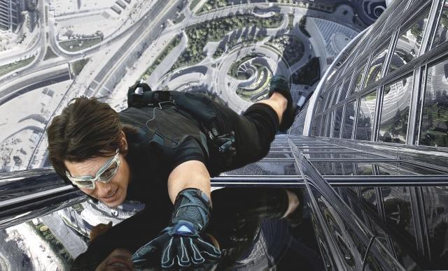 """Здание зачастую попадает в объективы видеокамер, причем не только туристов. Так, Том Круз, снимаясь в фильме """"Миссия Невыполнима: Протокол Фантом"""", выполняет сложнейшие трюки именно на Бурдж Халифе."""