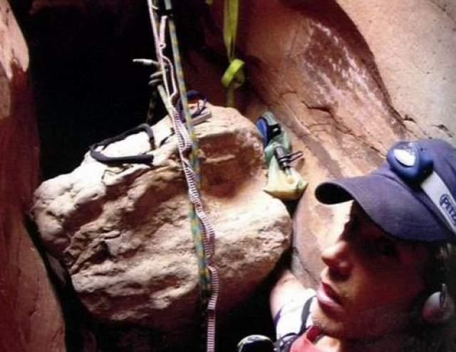 Несчастный случай произошел в штате Юта (США), в апреле 2003 года, во время занятий альпинизмом в национальном парке Каньонлэндс. 300-килограммовый валун упал на правую руку альпиниста и зажал ее. Отправляясь на подьем Ралстон никому не сказал о своих планах и маршруте, поэтому знал, что искать его никто не будет.