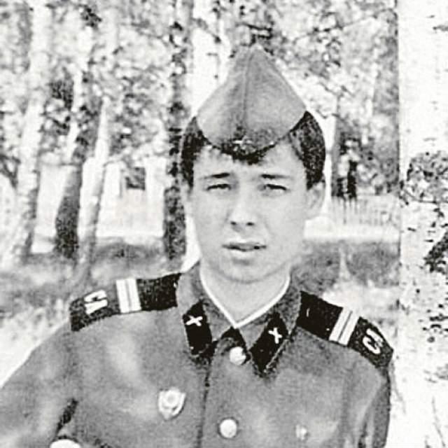 Сергей Зверев. Будущий известный стилист служил в элитных войсках ПВО, дислоцировавшихся на территории Польши. Сергей очень этим фактом гордится, впрочем, как и тем, что не откосил от армии, хотя и мог бы.