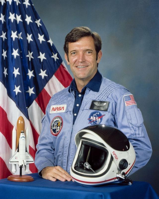 """Командир экипажа - 46-летний Фрэнсис Ричард """"Дик"""" Скоби . Военный летчик США, подполковник ВВС США, астронавт NASA. Провел в космосе 6 дней 23 часа 40 минут. Для него это был второй полет на """"Челленджере""""."""
