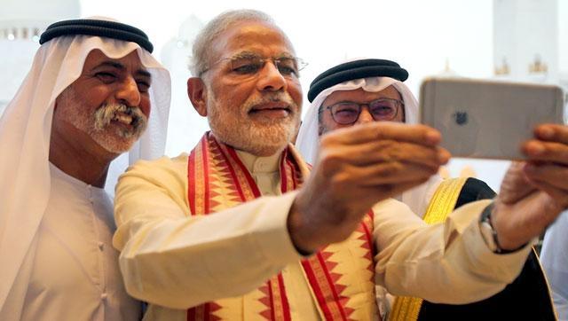 Нарендра Моди меняет десятки курт за день, а на официальных встречах всегда появляется в новой курте. Также он известен тем, что по всему миру снимает селфи с политическими лидерами и выкладывает их в свой Twitter.
