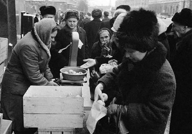 """Очередь за яблоками в 1965 году. Это очень хороший показатель уровня жизни в СССР и """"товарного обеспечения граждан"""" — за какими-то дрянными яблоками на улице зимой выстраивается очередь."""