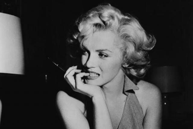 Мэрилин Монро. Звезда была найдена мертвой, с телефонной трубкой в руке, в ночь с 4 на 5 августа 1962 года, в собственном доме. Около кровати была пустая упаковка от снотворных пилюль. Четырнадцать других пузырьков от лекарств и таблеток были на ночном столике.
