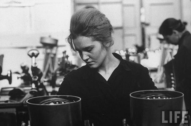 Девушка работает на заводе, 1961 год.
