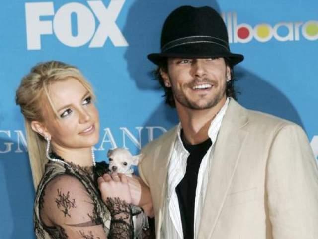 Спирс увела Кевина Федерлайна у актрисы Шар Джексон, которая к тому времени уже была беременна вторым ребенком от Федерлайна.