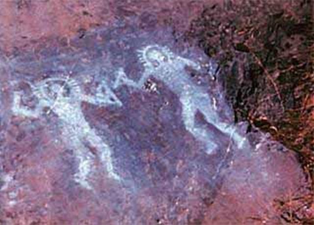 Два существа в чем-то, напоминающем защитные костюмы были нарисованы приблизительно за 10 000 лет до нашей эры в долине Валь-Камоника, Италия.