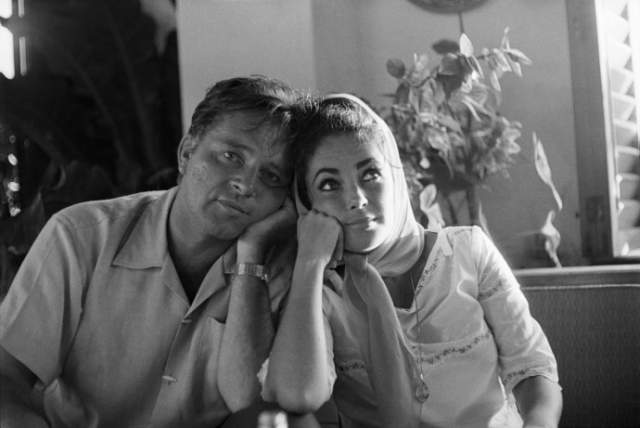 А в 1973 году Лиз легла в больницу на операцию по удалению кисты в яичниках. И ее бывший возлюбленный потребовал персонал поставить ему кровать рядом с ней: мол, муж должен быть рядом.