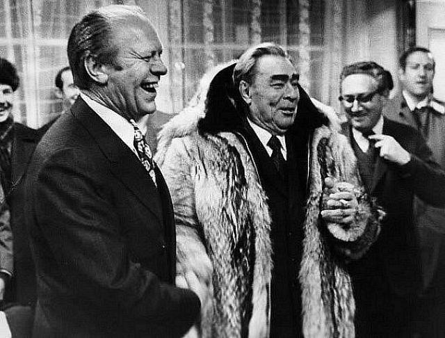 """Брежнева также наградили орденом """"Победа"""", который вручался за выдающиеся успехи в руководстве боевыми операциями крупного масштаба. В 1989 году Горбачев лишил Брежнева этого ордена посмертно из-за того, что награждение противоречит статусу ордена."""