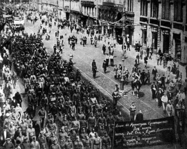 Столкновения были спровоцированы большевиками, рассадившими на крышах своих стрелков, начавших пальбу из пулеметов по демонстрантам, при этом наибольший урон пулеметчики большевиков нанесли как казакам, так и демонстрантам.