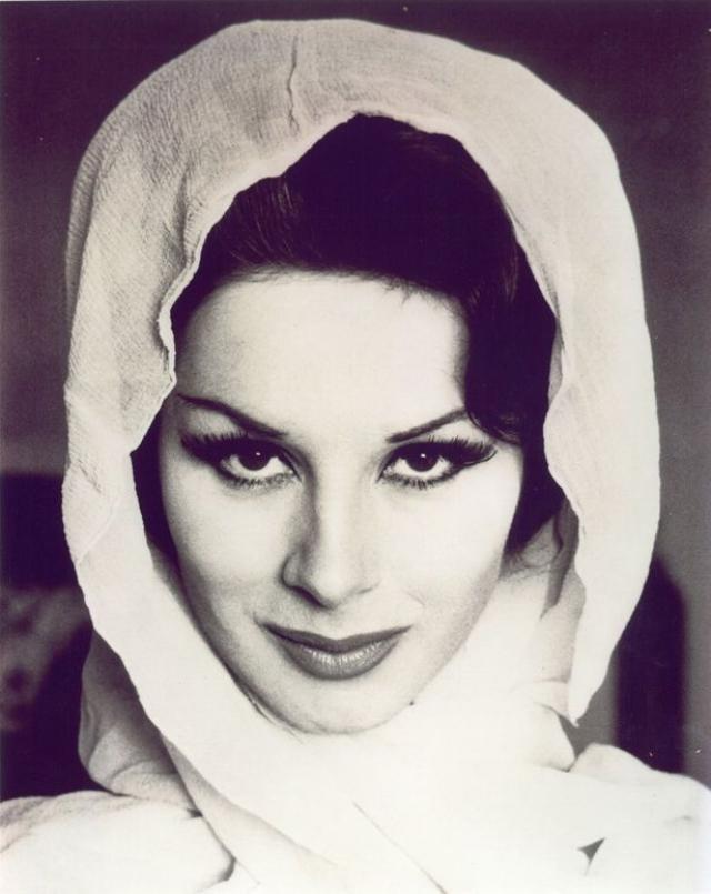 В 1960 году видимые половые признаки ей удалили с помощью хирургической операции. Позже последовало еще несколько операций по дальнейшей смене пола.
