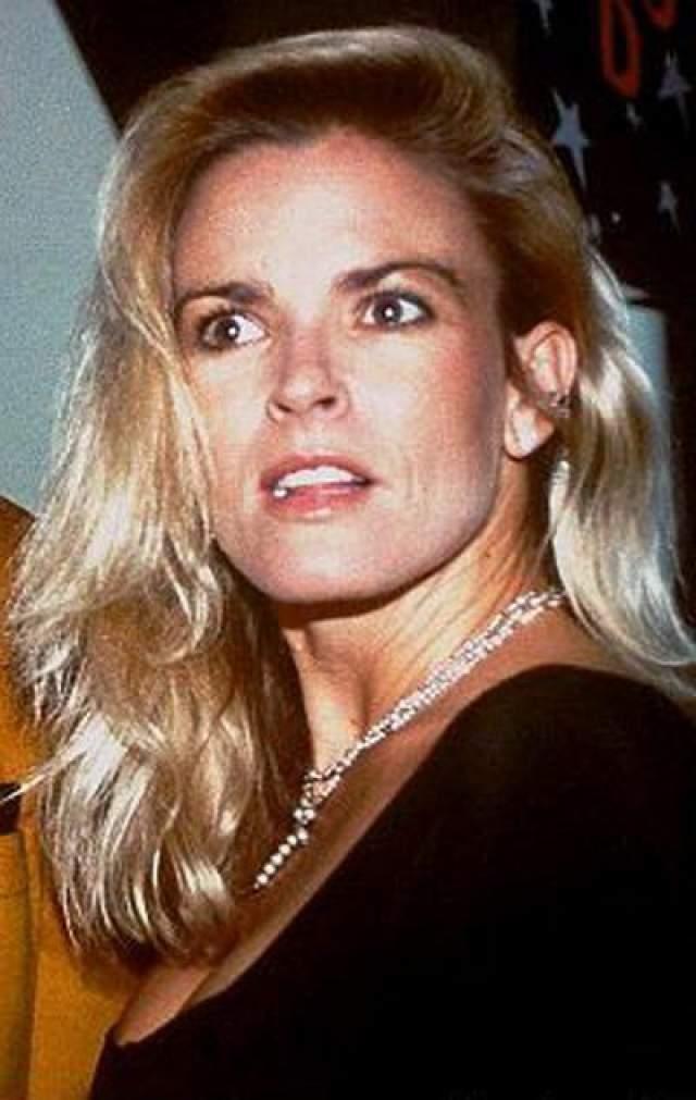 В июне 1994 года тело бывшей жены спортсмена, Николь Браун-Симпсон, было обнаружено в бывшем доме четы Симпсон.