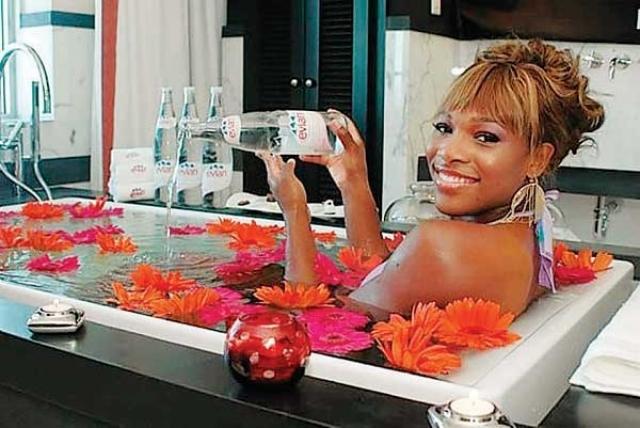 При этом наполняет она ее водой Evian стоимостью 3 доллара за бутылку вместо водопроводной воды.