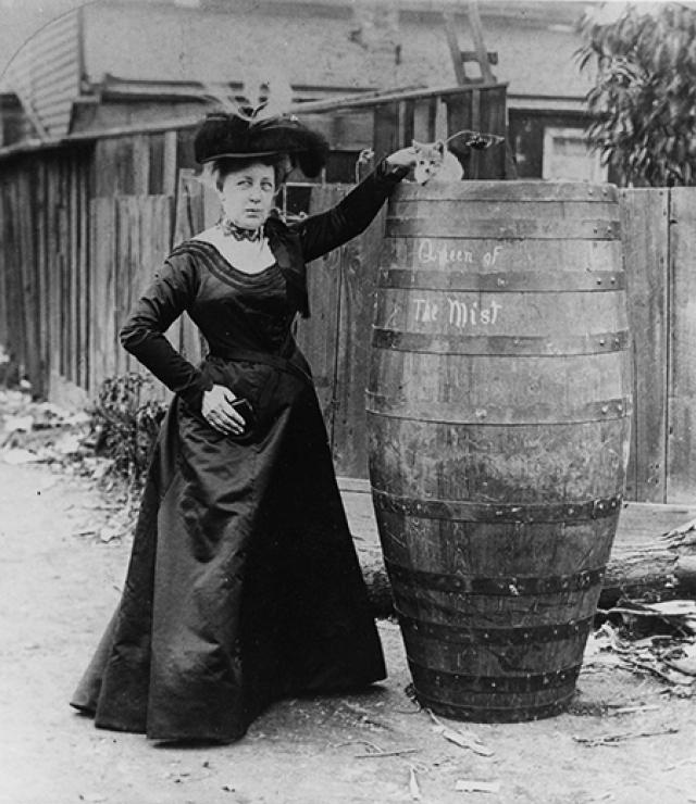 """1901 - Энни Тэйлор в 63 года становится первой, кому удается выжить после спуска по Ниагарскому водопаду в специально сконструированной бочке. Она не умеет плавать. Свое спасение Энни прокомментирует так: """"И не думайте это повторять!""""."""