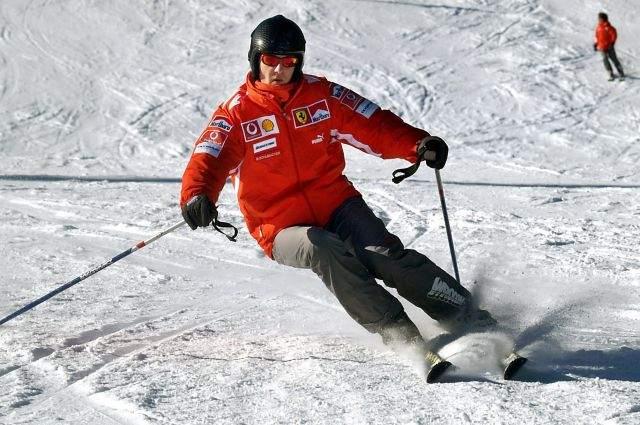 Михаэль Шумахер, 49 лет. Трагедия произошла 29 декабря 2013 года. Шумахер отправился с 14-летним сыном и его друзьями отправился на курорт Мерибель во французских Альпах. Гонщик решил покататься в одиночку на неподготовленном склоне, где катаются опытные лыжники (к коим мог себя отнести Шумахер).