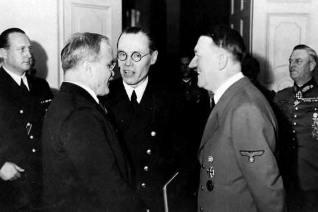 Встреча с Гитлером проходила в новой имперской канцелярии. Хозяева пытались произвести максимальное впечатление на Молотова подтянутыми белокурыми эсэсовцами, каменными орлами со свастикой в лапах, застывшими фигурами часовых. Гитлер ожидал Молотова и заместителя наркома иностранных дел Деканозова за письменным столом в своем кабинете. Взяв инициативу в свои руки, фюрер произнес характерную для него длинную речь.