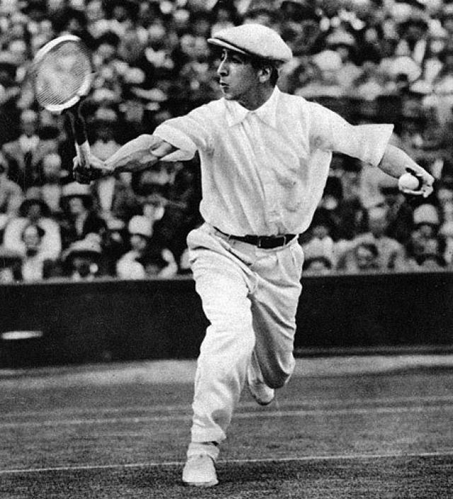 Lacoste. В 1926 году французский теннисист Рене Лакост, участвуя в Открытом чемпионате США по теннису, надел на соревнования сделанную собственноручно белую рубашку-поло, отличающуюся от одежды для игры в теннис того времени.