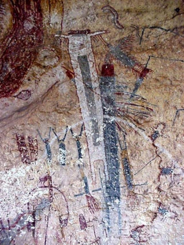 Скала Белого Шамана в Нижнем Каньоне, Техас. Возраст этого семиметрового изображения составляет более четырех тысяч лет.