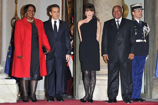 Еще Карла однажды решила «дополнить» лаконичный образ с маленьким черным платьем кружевными черными колготками, вызывавшими недоумение всех присутствовавших.