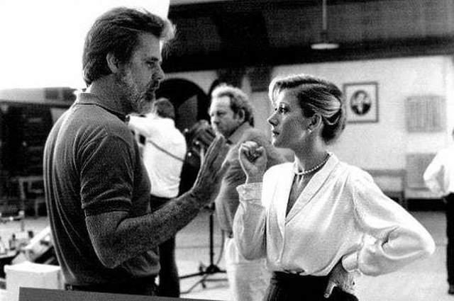 """Хелен и Миррен и Тейлор Хэкфорд Окароносная актриса и режиссер вместе работали над фильмом """"Белые ночи"""" в 1985. Их отношения начались неважно: Хэкфорд заставил Миррен ждать прослушивания. Пара встречались целых 12 лет, прежде чем пожениться в 1997 году, когда Миррен было 52 года."""