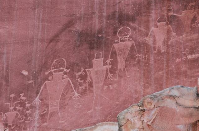 На скалах множество изображений странных существ.