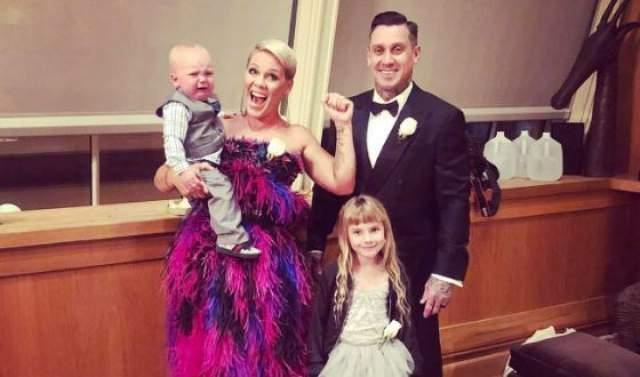 Но даже с этим заболеванием урожденная Алиша Бет Мур родила дочь, а затем и сына, и счастливо пребывает замужем за Кэри Хартом с того же злосчастного 2006 года.