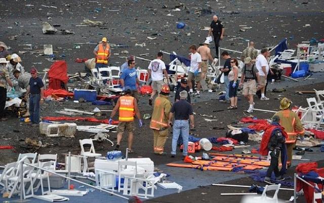 """Самолет врезался в так называемые премиальные трибуны. Погибло 10 человек. Спасатели и бригады """"скорой помощи"""" доставили в больницы Невады 56 пострадавших."""