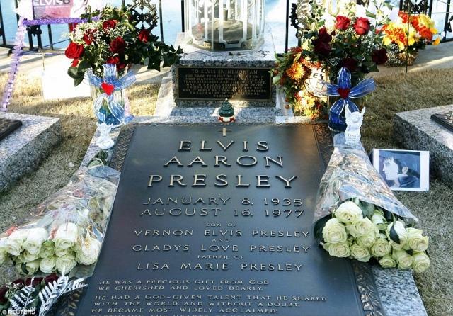"""Существует версия, что похищение было инсценировано отцом Элвиса, Верноном Пресли, который хотел похоронить сына в своем поместье Грейсленд, но не получил разрешения под бюрократическим предлогом: """"Земля поместья не предназначена для погребений"""". Зато после попытки похищения разрешение все таки дали."""