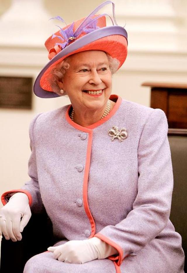 Во время путешествий вес багажа королевы может достигать нескольких тонн Рекордная цифра была зафиксирована во время поездки Елизаветы II на совещание глав Содружества наций в 1953 году, - королева везла с собой 12 тонн одежды. Учитывая количество ее собак, которые везде путешествуют с ней, предметов ухода за ними также набралось на несколько тонн.