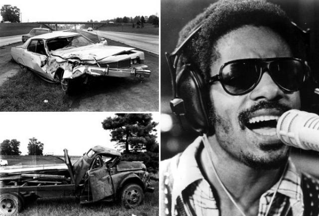 Стиви Уандер. 6 августа 1973 года легендарный музыкант попал в серьезную автоаварию во время своего турне в Северной Каролине: автомобиль, за рулем которого был кузен Стиви, Джон Харрис, столкнулся с грузовиком. Артист потерял сознание, после чего четыре дня находился в коме.
