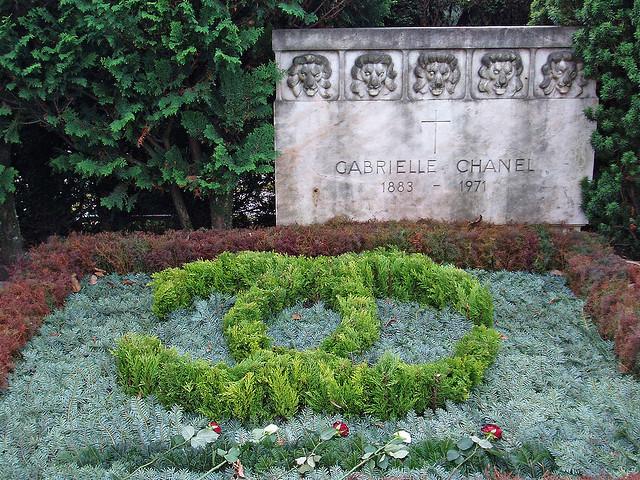 Звезда моды Коко Шанель похоронена в швейцарском городе Лозанна, а ее элегантную надгробную плиту дополняет цветочная композиция, выполненная в форме логотипа Chanel.