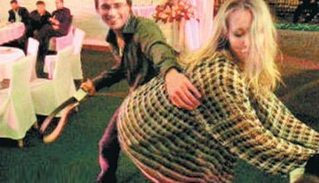 Эротические танцы. В 2007 году нетрезвая Ксения соблазняла уважаемых гостей на закрытой вечеринке.