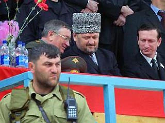"""Утром 9 мая 2004 года Ахмат Кадыров и все высшие руководители Чеченской Республики собрались на трибуне для почетных гостей на стадионе """"Динамо"""" в Грозном, где проходил концерт по случаю Дня Победы."""