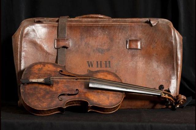 """Тело Хартли было найдено через две недели после гибели """"Титаника"""" и отправлено в Англию. К его груди была привязана скрипка - подарок невесты. Среди других участников оркестра выживших не оказалось…"""