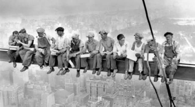 10. Кто были люди на небоскребе Одним из самых известных снимков в истории фотографии считается фотография группы монтажников-высотников, спокойно завтракающих на стальной балке в нескольких сотнях метров над улицами Нью-Йорка