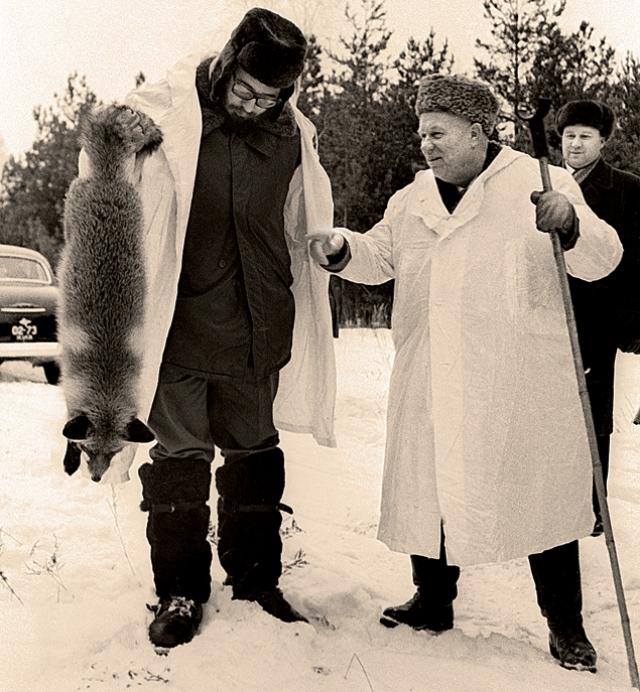 Хрущев был увлеченным охотником. Рядом с дачей на берегу Москвы-реки установили катапульту для метания пластмассовых тарелочек. Хрущев отлично поражал их из ружья. Это была тренировка перед осенней охотой на гусей и уток.
