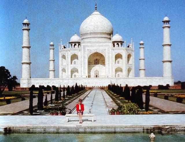 """Одиночество леди Ди. 11 февраля 1992 года. Фотограф снял принцессу Диану в одиночестве у """"храма любви"""" — индийского Тадж Махала. Тогда принцесса решила сотрудничать с папарацци: их снимки могли показать миру то, что творилось в ее душе. Многие расшифровали послание как: """"Смотрите, я одна. Мой муж меня не любит""""."""