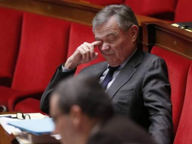 Бывший глава Национальной ассамблеи Франции Бернар Аккуайе борется со сном во время дебатов в феврале 2013 года