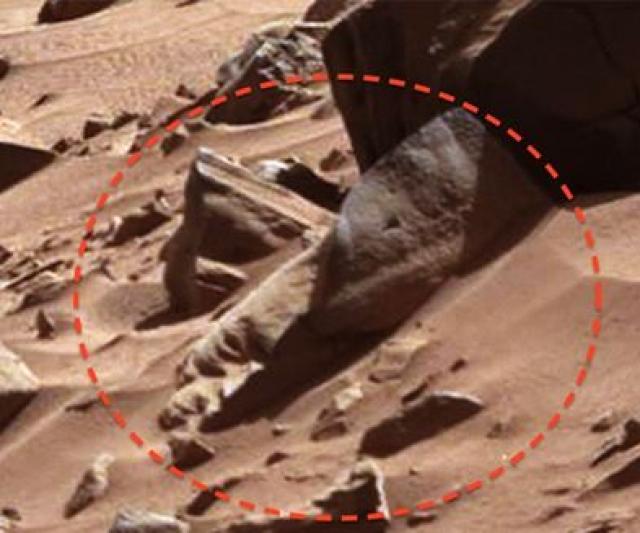 """В феврале 2014 года Curiosity снял """"половину головы"""", высеченной из камня."""