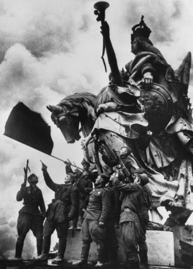 Салют в честь Победы на крыше Рейхстага. Солдаты батальона под командованием Героя Советского Союза С. Неустроева.