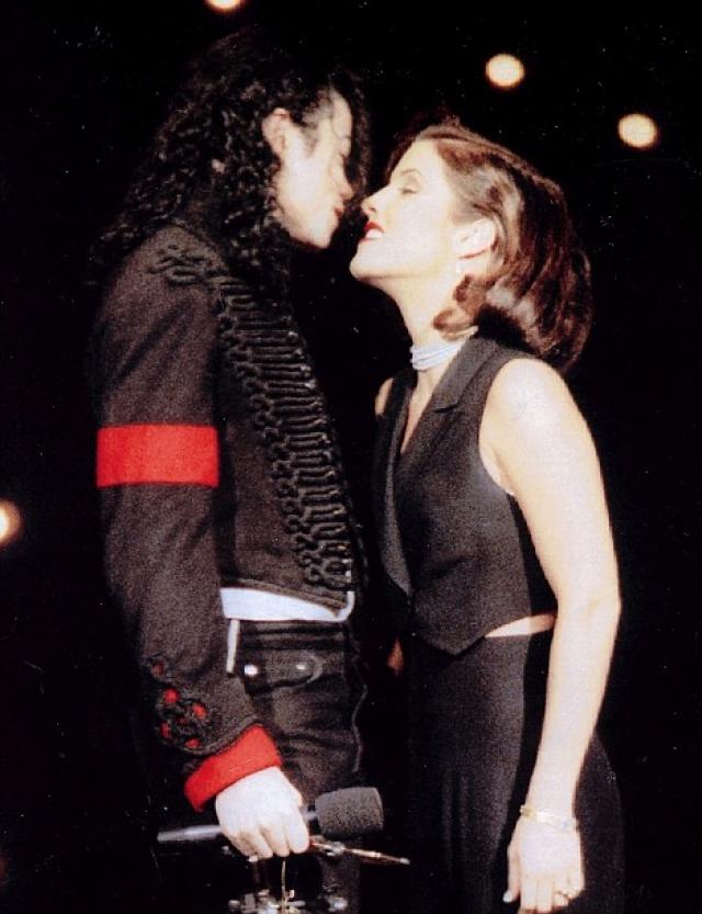 Опять же на вручении премии МТВ в 1994 году, король поп-музыки Майкл Джексон сделал предложение руки и сердца Лизе Пресли , и чтобы показать миру, что брак реален Майкл и его невеста решились на поцелуй прямо на сцене.
