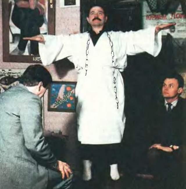 Обычно он появлялся на экране в белом балахоне, увешанный цепями. Лонго уверял телезрителей, что обладает способностью возвращать к жизни мертвецов.