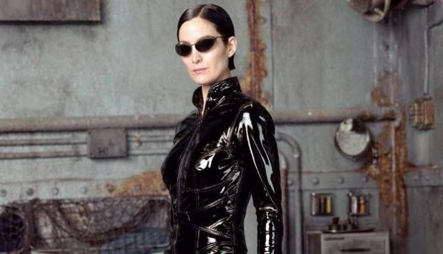 """Кэрри-Энн Мосс - Тринити. Большой прорыв актрисы произошел, когда она была выбрана на роль одетой в латекс девушки-хакера по имени Тринити в нашумевшем фильме 1999 года """"Матрица""""."""