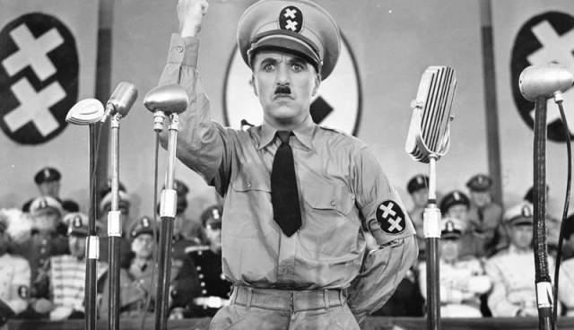 """Чарли Чаплин, """"Великий диктатор"""" (1940). Комический актер сыграл в картине вождя вымышленной страны Томании Аденоида Хинкеля и безымянного брадобрея-еврея, который пытается избежать смерти при фашистском режиме и в результате путаницы толкает речь от имени фюрера."""
